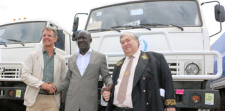 The WFP acting Country Director Michael Dunford (l), the Uganda Cabinet Minister of State for Relief and Disaster Preparedness,