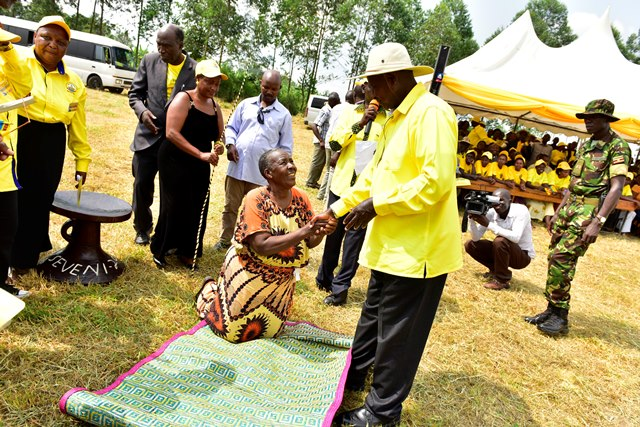 President Museveni receives gifts as he campaigned at Rubindi boys primary school, in Kashari North constituency in Mbarara district on Tuesday 12 December 2016.