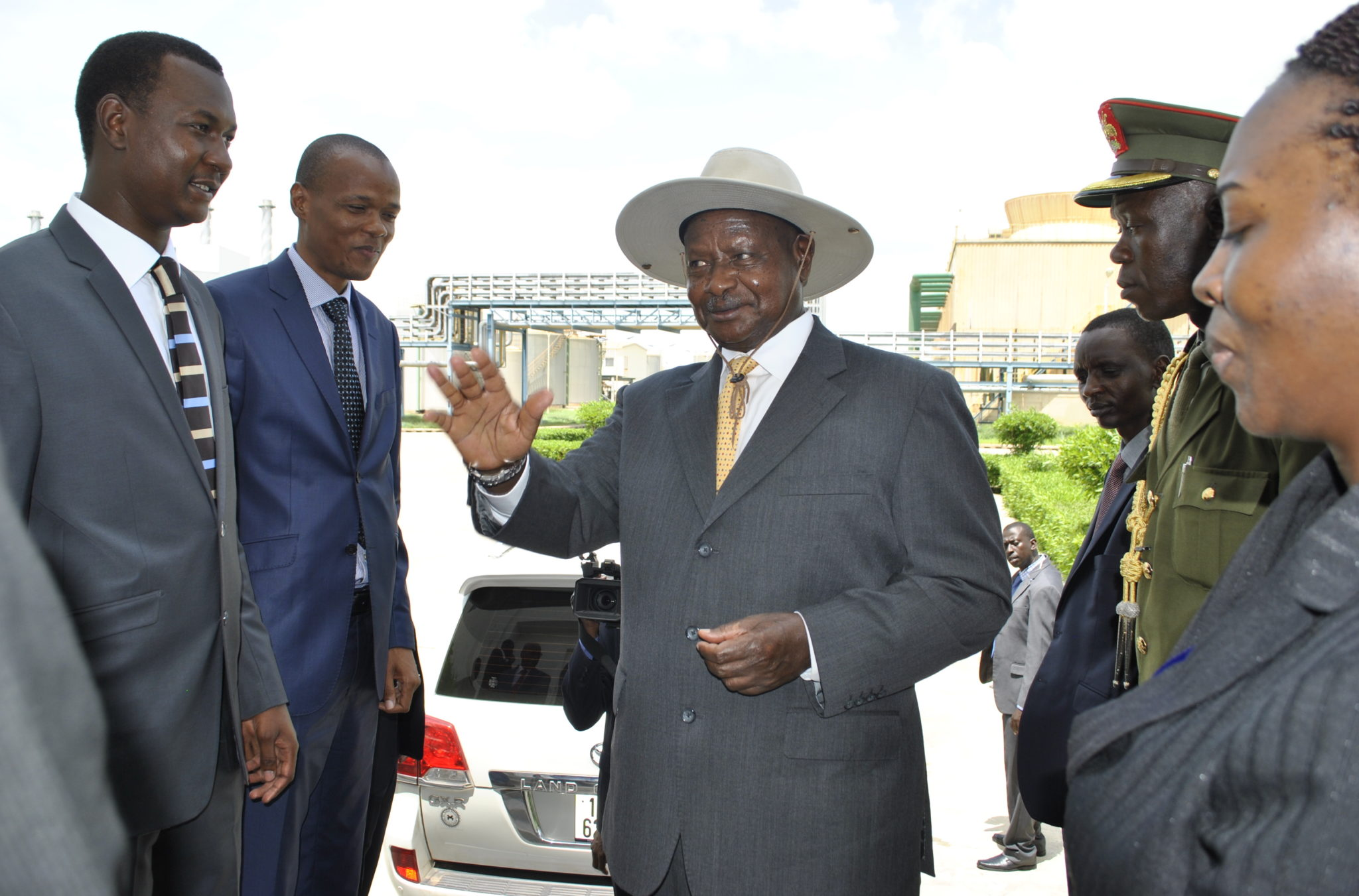 President-Museveni-with-Chad-Minister-for-Petroleum-with-Ugandas-Petroleum-Engineer-Irene-Batebe-looking-on